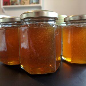 gyldne dråber i friskpresset honning